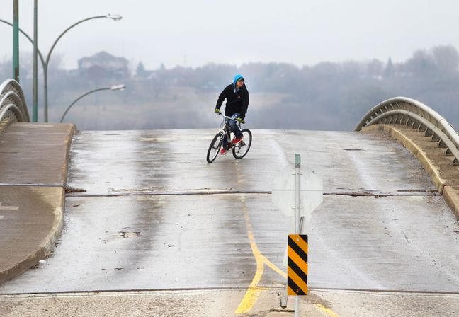 A cyclist winds his way down the Eighth Street bridge, which has been closed to all vehicular traffic earlier this summer. (Brandon Sun- File)