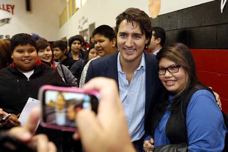 Justin Trudeau shares a moment with students in Sioux Valley. (Brandon Sun-file)
